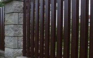 Как сделать забор из деревянного штакетника?