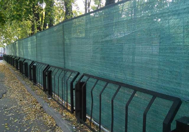 Фасадная сетка для забора на даче строительная зеленая: бюджетная своими руками, фото, цена и видео