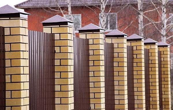 Колпаки на столбы для забора из кирпича своими руками: крышки, навершия металлические и бетонные, фото, видео, цена, чертежи и схемы установки