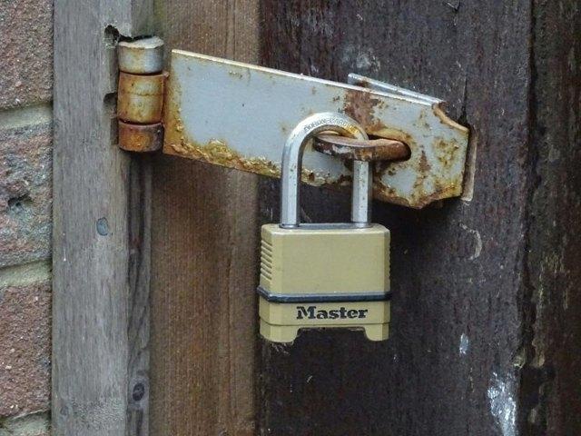 Замок на калитку уличный с ручкой: какой поставить на ворота из профнастила, механический дачный и узкопрофильный вид с кнопкой, фото и видео