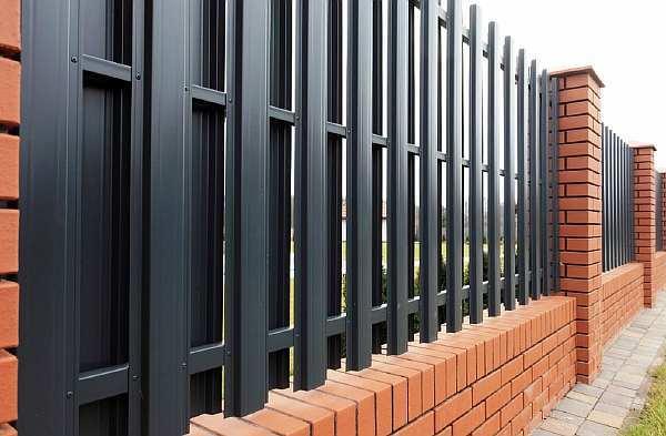 Забор из евроштакетника своими руками: установка, монтаж, фото, видео и пошаговая инструкция