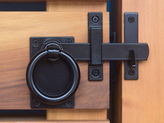 Запор для ворот своими руками: как сделать на распашных, гаражных, фото, видео и схемы