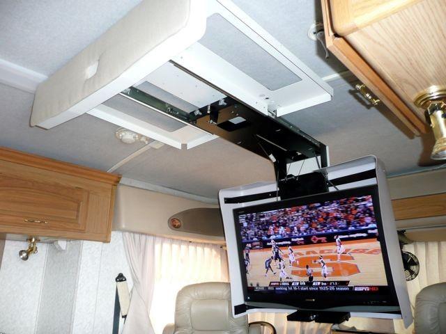 На какой высоте вешать телевизор на стену в спальне, гостиной, зале, на кухне: расстояние от пола