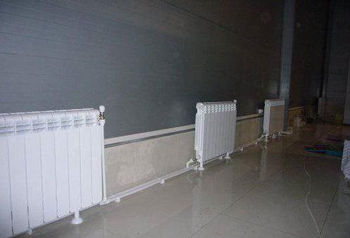 Расстояние от пола и от стены до радиатора отопления и батареи: на каком вешать по нормам СНиП от подоконника
